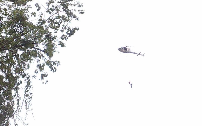 Helicóptero da Defesa Civil fez o resgate dos moradores ilhados:imagem 8