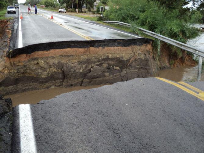 A ponte sobre o Arroio Pinto cedeu com a força da água:imagem 4