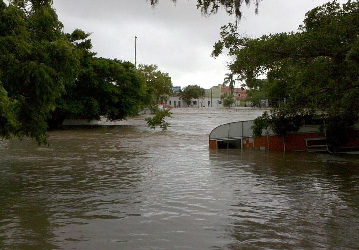 Foto enviada por leitora mostra trailer no Camping Iate Club, em São Lourenço, quase coberto pela água, na quinta-feira, 10 de março:imagem 31