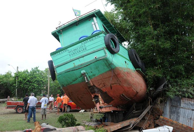 A enxurrada teve tamanha dimensão que arrastou alguns barcos para a terra:imagem 2