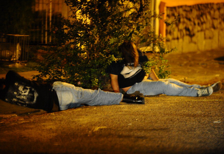 Jovens embriagados nas calçadas da Lima e Silva, próximo ao supermercado Zaffari:imagem 5