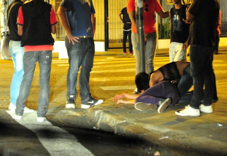 Cenas de bebedeira, brigas, gritarias e sexo em via pública modificaram a Cidade Baixa, um dos mais tradicionais bairros de Porto Alegre:imagem 1
