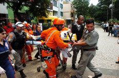 Equipe socorre um dos operários feridos na queda-Robinson Estrásulas/Agencia RBS