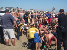 O esforço para salvar o jovem mobilizou dezenas de banhistas, salva-vidas e bombeiros-Skip Snead/AP
