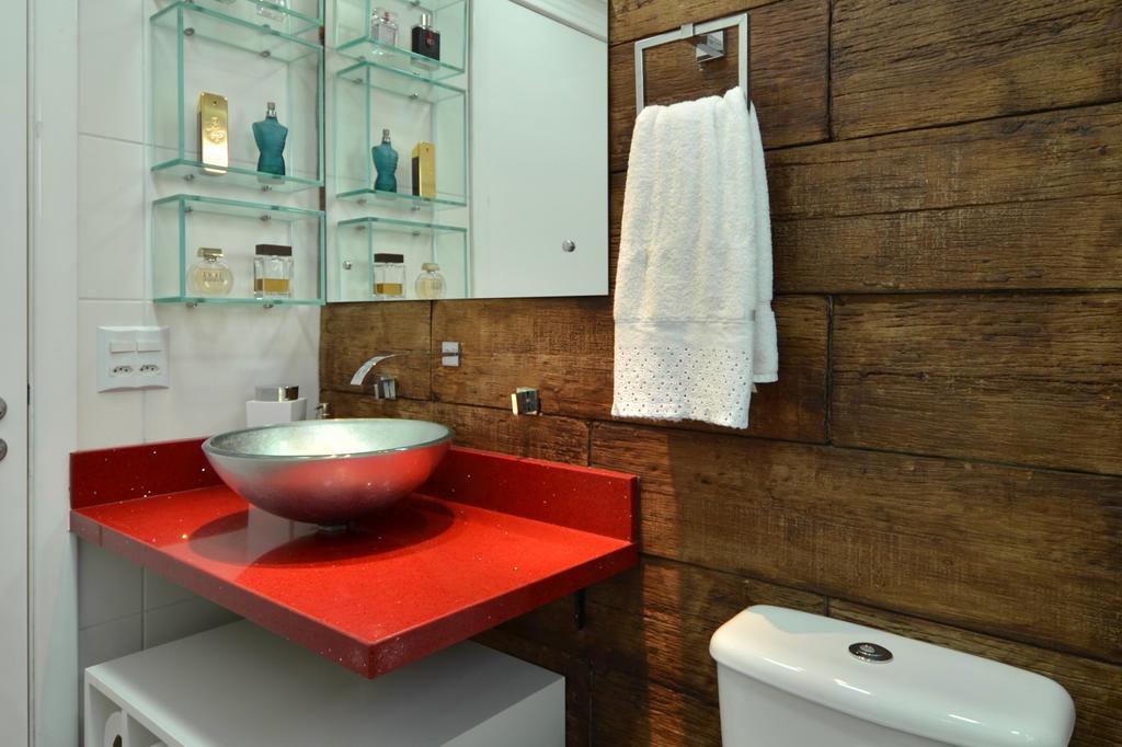 Bancada de cor intensa garante toque vanguardista para o banheiro -> Decoracao De Banheiro Com Cuba Vermelha