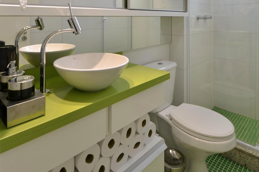 Bancada de cor intensa garante toque vanguardista para o banheiro -> Pia Banheiro Amarela