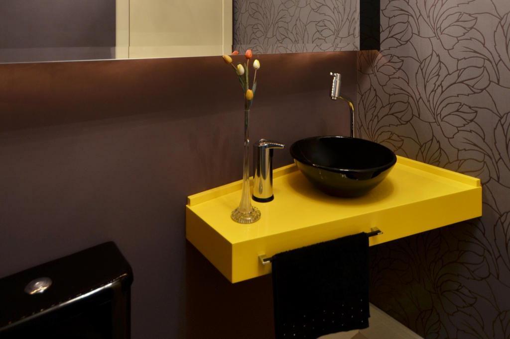 Bancada de cor intensa garante toque vanguardista para o banheiro -> Decoracao De Banheiro Amarelo