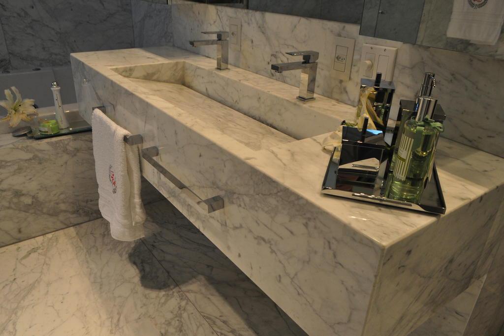 Com áreas ampliadas, projetos de banheiros de casal atendem às necessidades d -> Pia De Banheiro Material