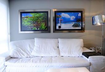 Com detalhes joviais e tons vibrantes projeto em morada de casal valoriza a rea social - Sofa para tres ...