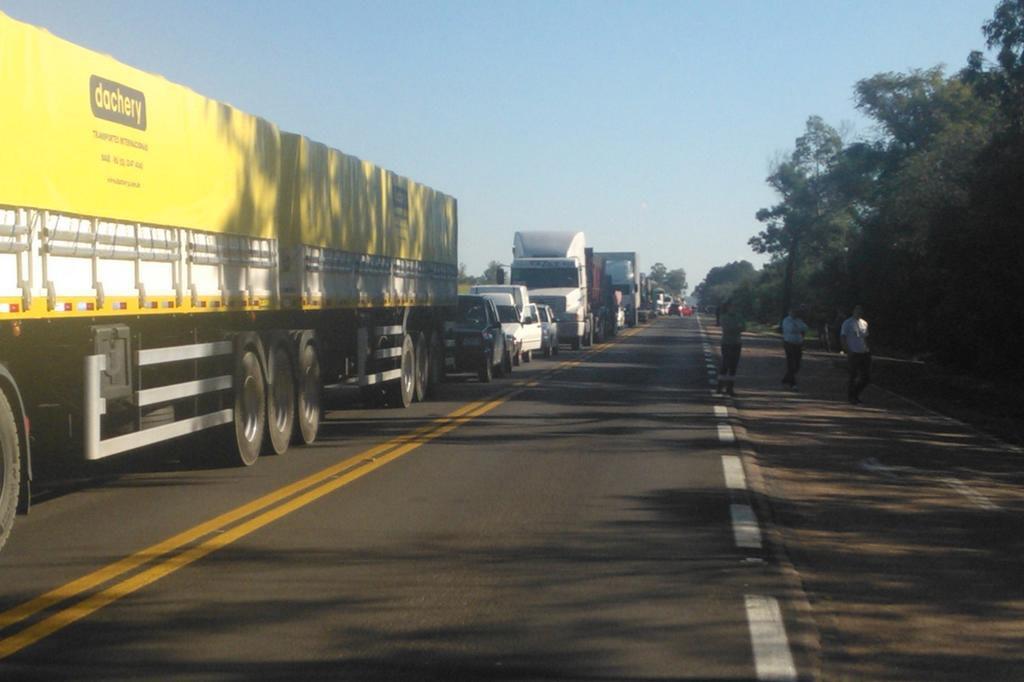 Manifestação de agricultores bloqueia a BR-290 próximo ao pedágio de Charqueadas