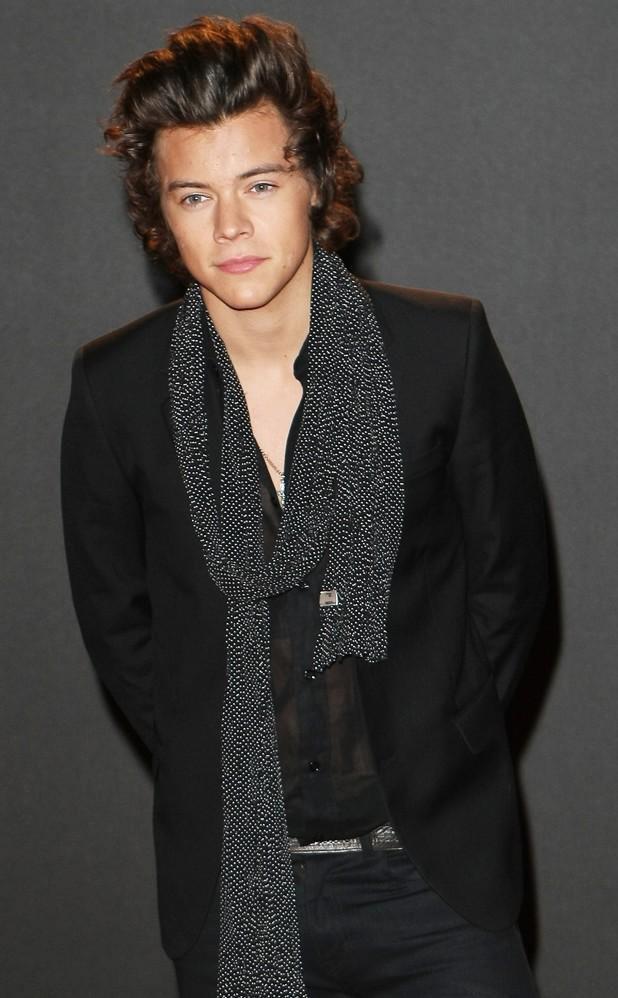 Harry não pensa duas vezes em tirar cachecóis e lenços do armário. Harry  Styles e9c706a9a24