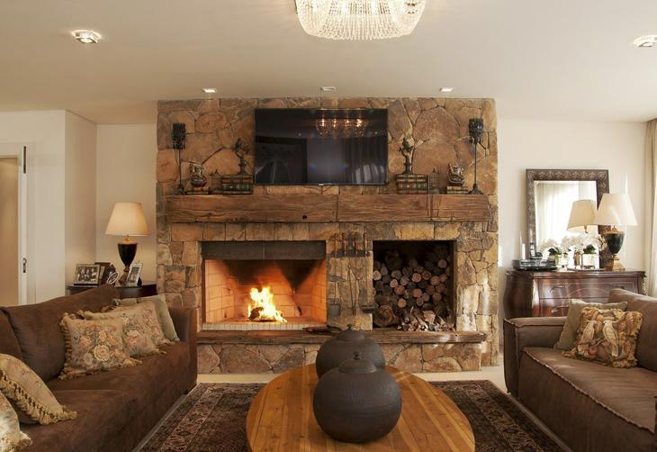 Morada em canela combina madeira e vidro em projeto t pico for Sala de estar rustica y moderna