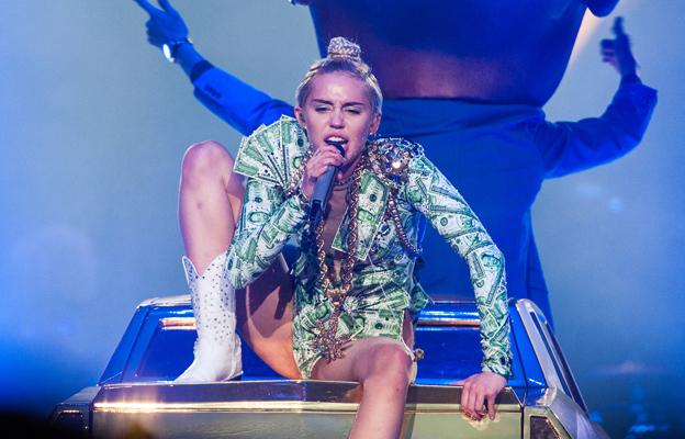 574def59e9293 2. 3. 4. O estilista responsável pelos figurinos de Miley na turnê Bangerz  é Roberto Cavalli ...