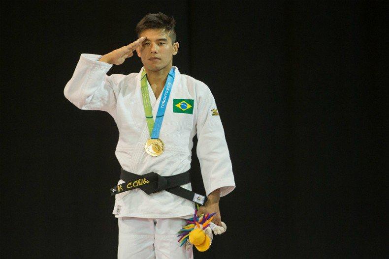 Saiba por que os brasileiros estão prestando continência quando ganham medalhas no Pan