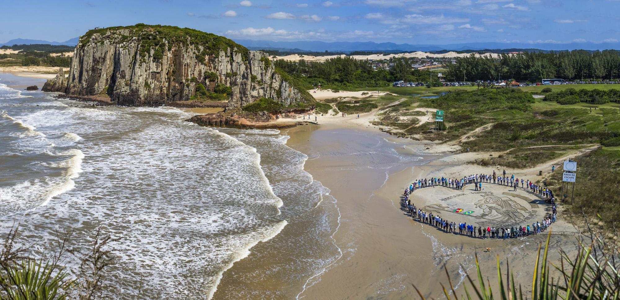 6ae109509dd55 Abraço coletivo entre os voluntários na Praia da Guarita Foto  Harleyson  Almeida Especial
