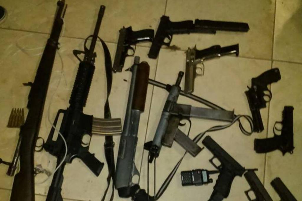 Pol cia investiga fotos que mostram bandidos com armas - Pistolas para lacar ...