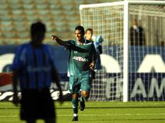 Mendes comemora um dos gols contra o Grêmio neste domingo-Mauro Vieira