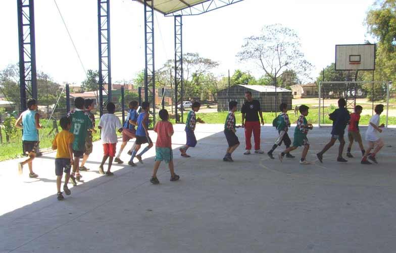 Profissionais e alunos de Educação Física desenvolvem aulas de ginástica, dança, futebol e vôlei
