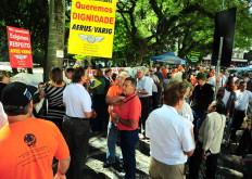 Dezenas  de aposentados distribuem panfletos desde as 10h - Fernando Gomes