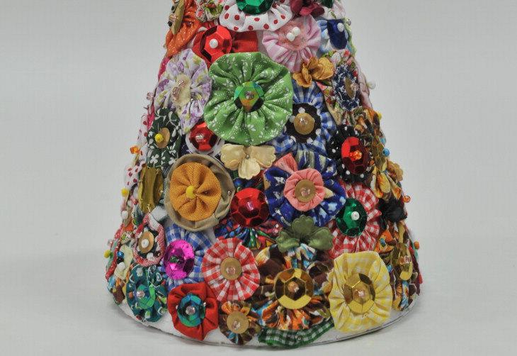 Fuxicos costurados com lantejoulas e miçangas decoram cone de isopor, compondo criativo pinheiro de Natal:imagem 2