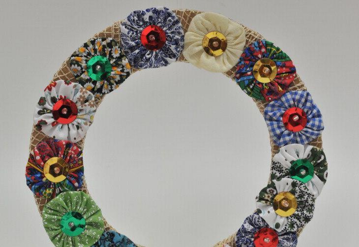 Guirlanda com base de MDF é decorada com fuxicos multicoloridas:imagem 4