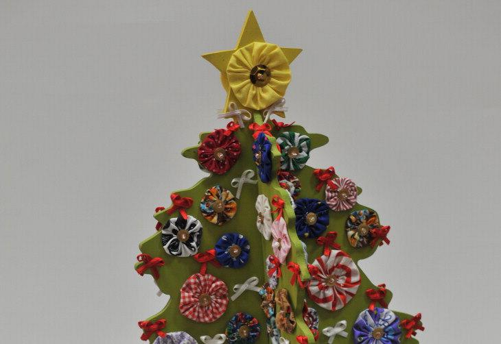 Fuxicos e topes com fitas mimosas dão cor e graça ao pinheiro com estrutura e base de MDF pintado:imagem 3